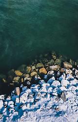 THEMENBILD - das mit Schnee bedeckte Ufer der Salzach, aufgenommen am 22. Januar 2020 in Kaprun, Österreich // the snow-covered banks of the Salzach River, Kaprun, Austria on 2020/01/22. EXPA Pictures © 2020, PhotoCredit: EXPA/ JFK