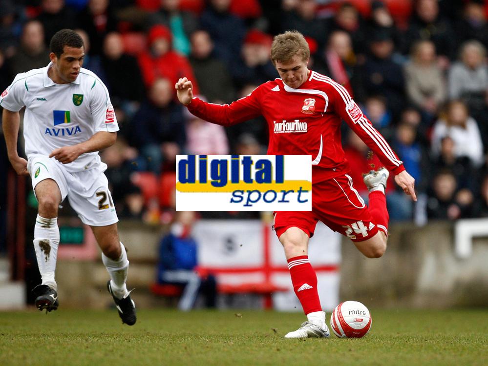 Photo: Richard Lane/Richard Lane Photography. Swindon Town v Norwich City. Coca-Cola Football League One. 20/03/2010. Swindon's Danny Ward fires in a shot.