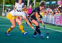 AMSTELVEEN  -  Maria Verschoor (A'dam) met Margot van Geffen (DenBosch)   tijdens   de eerste finalewedstrijd van de play offs om de landstitel hockey dames , Amsterdam-Den Bosch (2-1) . COPYRIGHT  KOEN SUYK