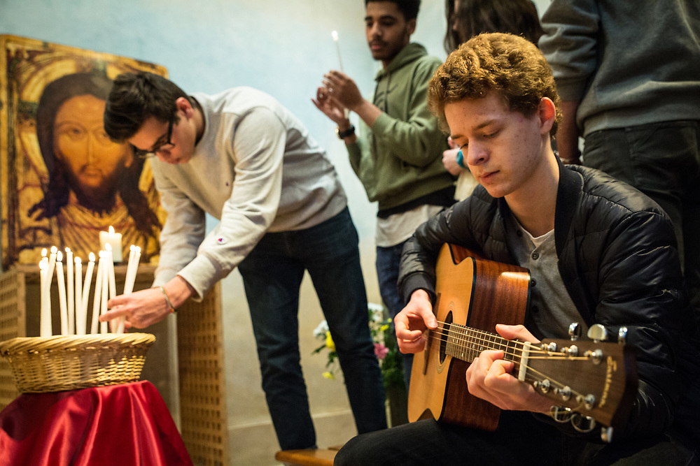 Young people belonging to the Saint Egidio catholic association, participate in a group prayer and singing session prior to going out to meet homeless people in a Paris park.  Charenton, France.  February 4, 2017          © Daniel Barreto Mezzano