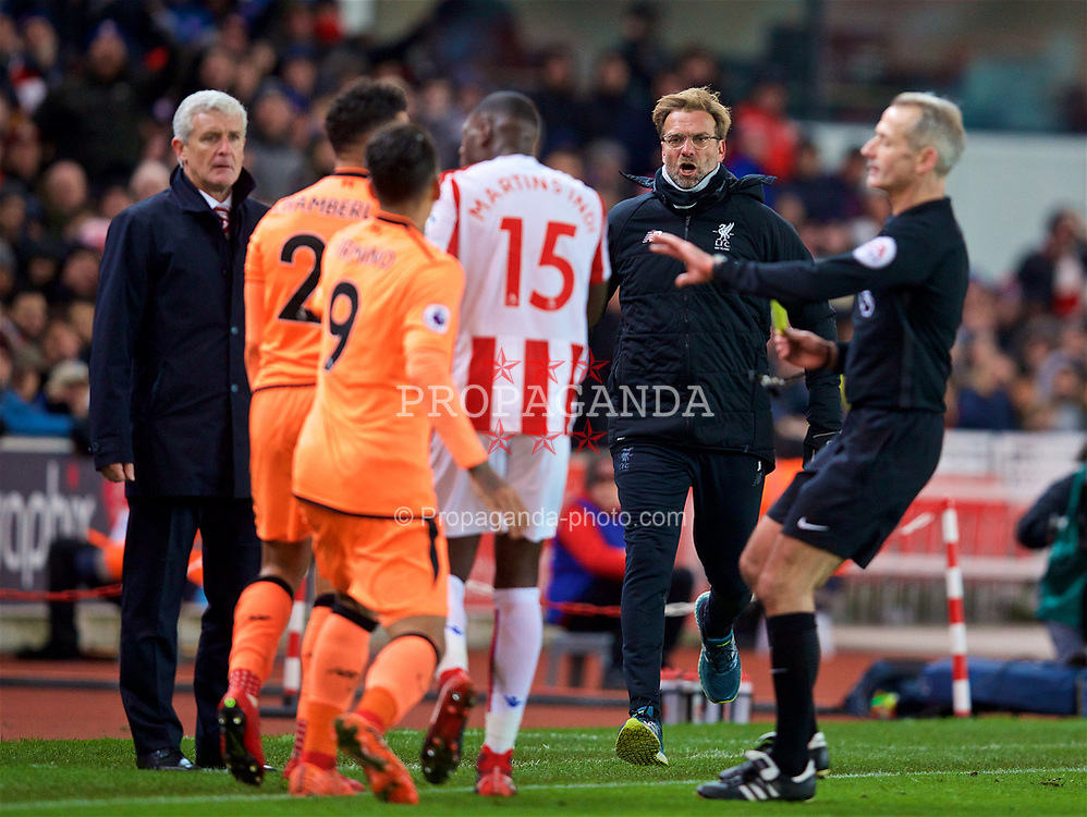 STOKE-ON-TRENT, ENGLAND - Wednesday, November 29, 2017: Liverpool's manager Jürgen Klopp rushes in as Alex Oxlade-Chamberlain clashes with Stoke City's Bruno Martins Indi during the FA Premier League match between Stoke City and Liverpool at the  Bet365 Stadium. (Pic by David Rawcliffe/Propaganda)