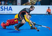 BHUBANESWAR, INDIA -  Seve van Ass (Ned) met keeper Vincent Vanasch (Belgie)  bij de shoot-outs,   tijdens de  finale tussen België en Nederland bij het WK Hockey heren in het Kalinga Stadion. Belgie wint de wereldtitel. COPYRIGHT KOEN SUYK