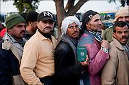 Arrivée de réfugiés Egyptiens dans le camp Choucha ou ils sont enregistrés et pris en charge. Plus de 140 000 réfugiés ont déjà quitté la Libye par la Tunisie ou l'Egypte et des milliers continuent d'arriver chaque jours. Jeudi 24 février 2011, camp Choucha, Tunisie.© Benjamin Girette/IP3 press