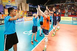 20170617 NED: FIVB Volleybal World League 2017 The Netherlands - Slovakia: Den Haag <br />Players thanks the court crew<br />©2017-FotoHoogendoorn.nl / Pim Waslander
