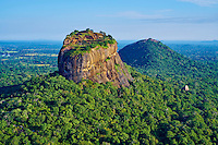 Sri Lanka, province du centre-nord, district de Polonnaruwa, Sigiriya, Ville ancienne et forteresse de Sigiriya classée patrimoine mondial de l'UNESCO, vue aerienne du rocher du lion // Sri Lanka, Ceylon, North Central Province, Sigiriya Lion Rock fortress, UNESCO world heritage site, aerial view