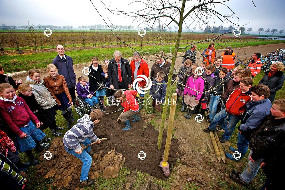 NEDERHEMERT - Wethouders Adrie Bragt en Ton van Balken planten 70 Witte Populieren en Elzen, samen met de leerlingen van Christelijke Basisschool De Wegwijzer. FOTO LEVIN DEN BOER - PERSFOTO.NU