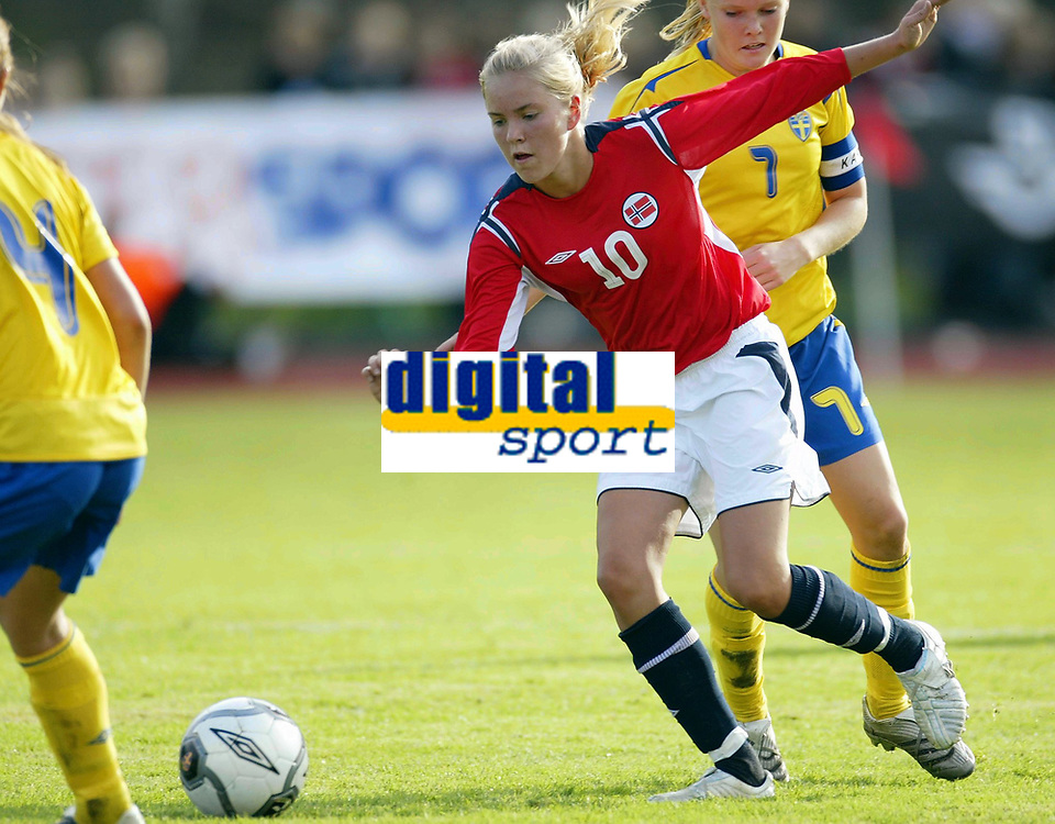 Fotball<br /> Landskamp J15/16 &aring;r<br /> Tidenes f&oslash;rste landskamp for dette alderstrinnet<br /> Sverige v Norge 1-3<br /> Steungsund<br /> 11.10.2006<br /> Foto: Anders Hoven, Digitalsport<br /> <br /> Kine Tonning - Os Turn / Norge