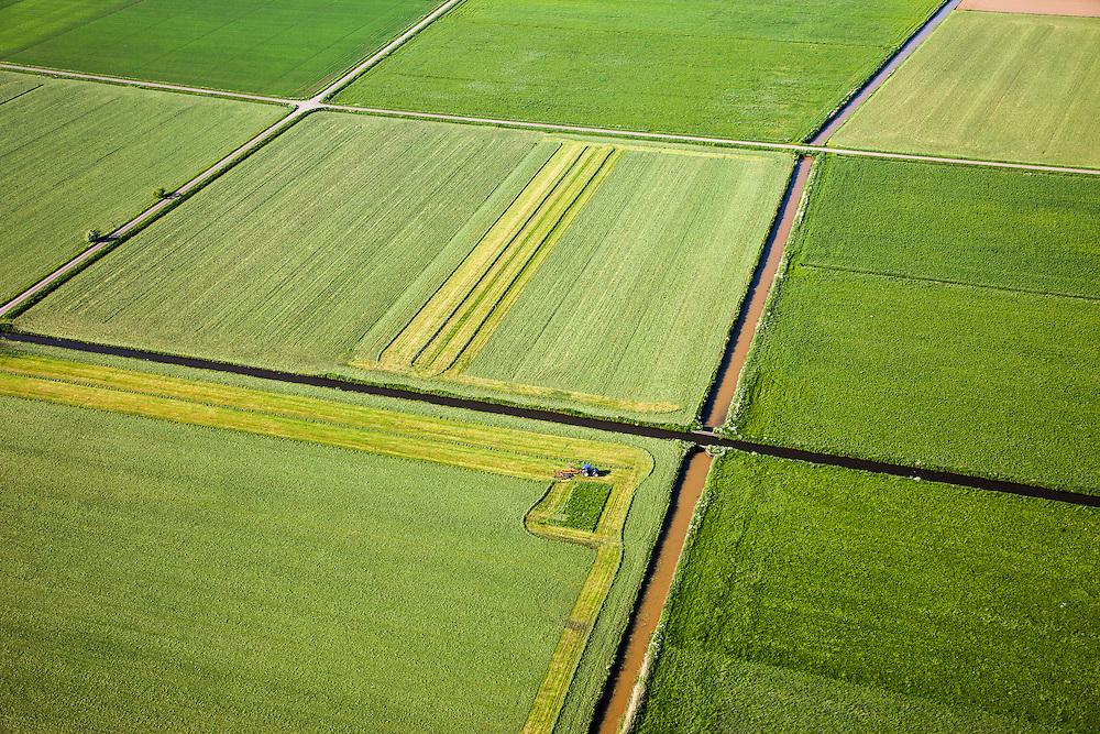 Nederland, Noord-Brabant, Gemeente Oss, 27-05-2013; Maaskant, tussen Oss en Ravesteijn. Maaien van gras in het voorjaar.<br /> Cutting grass in the spring, Southern Holland.<br /> luchtfoto (toeslag op standaardtarieven);<br /> aerial photo (additional fee required);<br /> copyright foto/photo Siebe Swart.