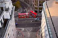 Dos tipicos autobuses ingleses cruzan una calle de la City. Londres, 27-11-2005. (ivan gonzalez)