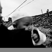 Også byen Xiu Shui blev hårdt ramt af det kraftige jordskælv, men byens indbyggere har ikke mistet modet, og flere steder er oprydning og genopbygning i fuld gang.