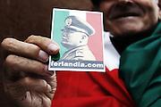Un militante nostalgico di destra mostra una immagine di Benito Mussolini ai funerali dell' esponente del Movimento Sociale Pino Rauti. Roma - 05 novembre 2012. Matteo Ciambelli / OneShot