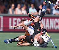 AMSTELVEEN -  HOCKEY -  Jelle Galema van OZ  komt in botsing met Teun Rohof (A'dam) .  Beslissende finalewedstrijd om het Nederlands kampioenschap hockey tussen de mannen van Amsterdam en Oranje Zwart (2-3). COPYRIGHT KOEN SUYK