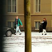 Kroonprins Willem-Alexander en partner Emily Bremers verlaten samen Paleis Noordeinde Den Haag