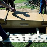 Nederland. Heerlen. Imstenrade. 13 mei 2015.<br /> In Zuiid Limburg zijn jaarlijks zo'n zestig eenzame uitvaarten, mensen die geen geld of nabestaanden hebben voor het regelen van een begrafenis.<br /> Op de foto: een stille eenzame uitvaart op begraafplaats Imstenrade.