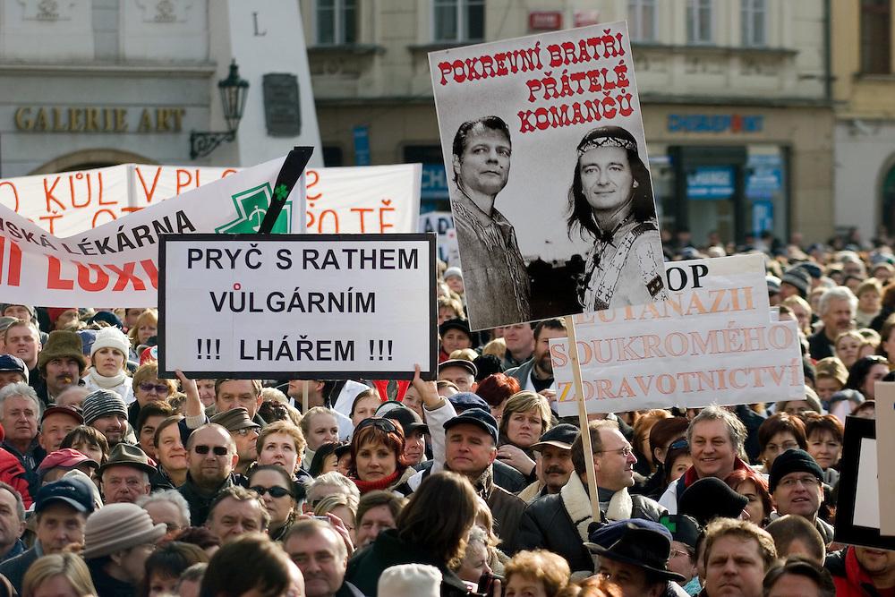 Demonstration gegen die Sparpolitik des neuen Gesundheitsministers DAVID RATH auf dem Altst&auml;dter Ring in Prag. Rund 8000 Besch&auml;ftigte im Gesundheitswesen forderten in Prag den sofortigen R&uuml;cktritt des Ressortchefs.<br /> <br /> Demonstration against the austerity policy of health minister DAVID RATH at Old Town Square in Prague. Around 8000 people were joining the rally.