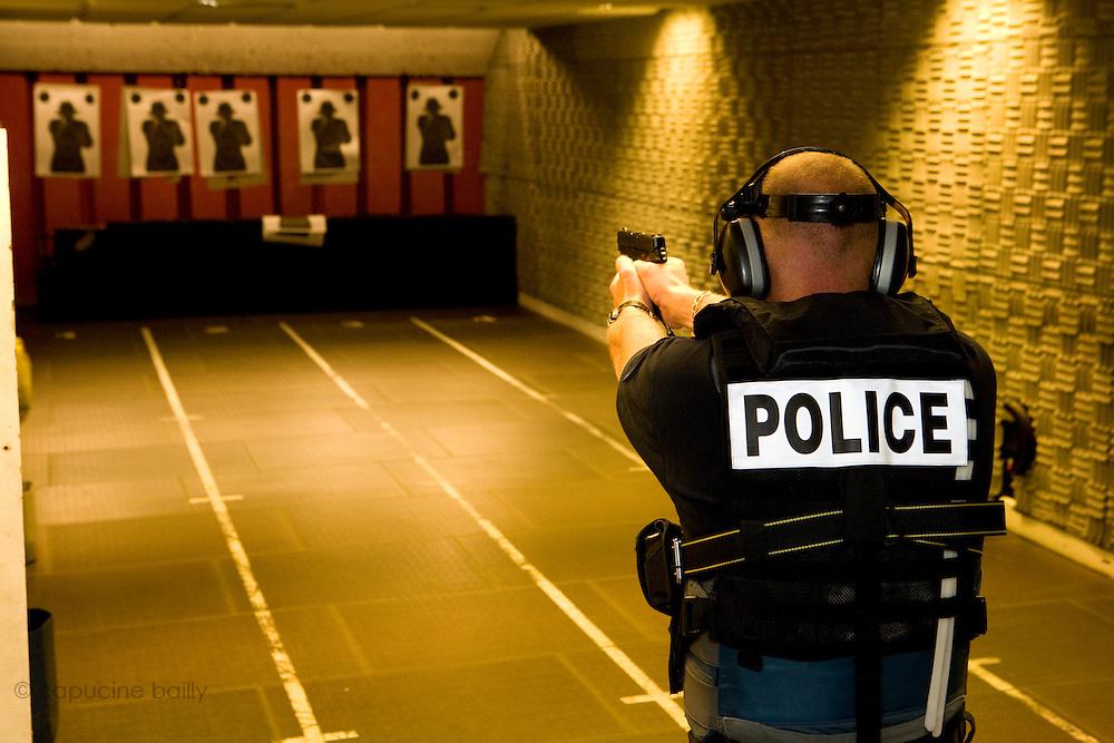 Paris, France. 6 Mai 2009..Brigade Fluviale de Paris..13h44 Entrainement au tir au commissariat du 14ème arrondissement...Paris, France. May 6th 2009..Paris fluvial squad..1:44 pm Shooting training at the 14th arrondissement police station.