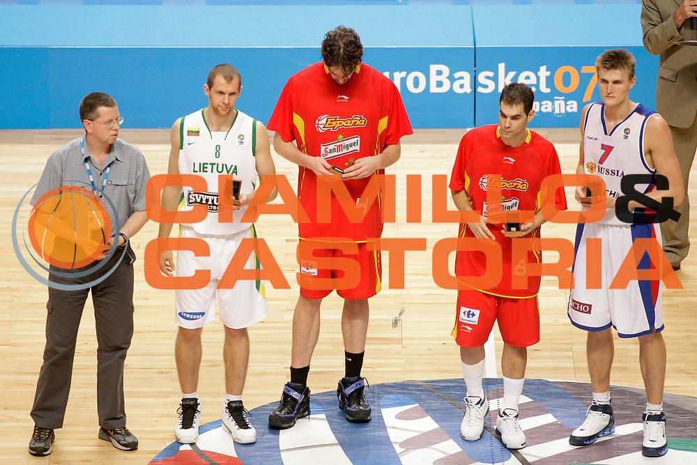 DESCRIZIONE : Madrid Spagna Spain Eurobasket Men 2007 Finals Finale Spagna Russia Spain Russia<br /> GIOCATORE : Ramunas Siskauskas Pau Gasol Jose Calderon Andrei Kirilenko<br /> SQUADRA : Lituania Lithuania Spain Spagna Russia Russia<br /> EVENTO : Eurobasket Men 2007 Campionati Europei Uomini 2007 <br /> GARA : Spagna Russia Spain Russia<br /> DATA : 16/09/2007 <br /> CATEGORIA : Premiazione<br /> SPORT : Pallacanestro <br /> AUTORE : Ciamillo&amp;Castoria/S.Silvestri<br /> Galleria : Eurobasket Men 2007 <br /> Fotonotizia : Madrid Spagna Spain Eurobasket Men 2007 Finals Finale Spagna Russia Spain Russia<br /> Predefinita :