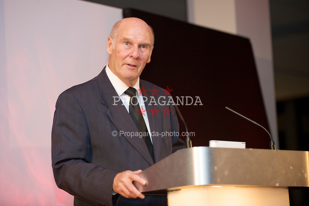 CARDIFF, WALES - Wednesday, November 11, 2009: Wales' Ken Jones (ex-Wales 1958 World Cup Squad goalkeeper) speaks after receiving his special award from SA Brains' Chairman John Rhys during the Football Association of Wales Player of the Year Awards hosted by Brains SA at the Cardiff City Stadium. (Pic by David Rawcliffe/Propaganda)
