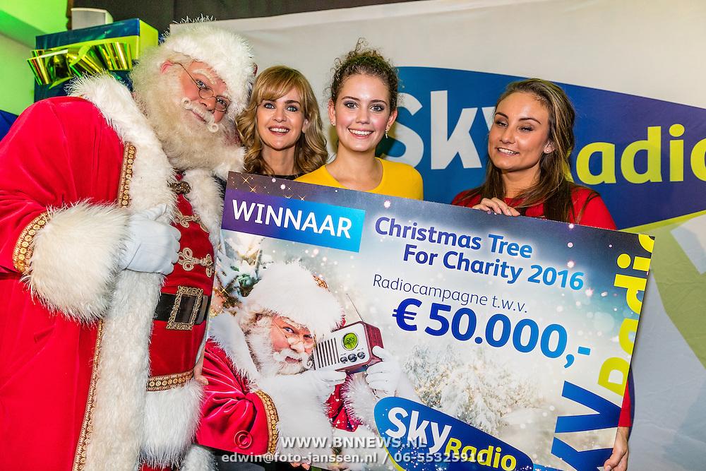 NLD/Amsterdam/20161207 - 8e Sky Radio's Christmas Tree For Charity, winnaars, Daphne Deckers en dochter Emma Deckers samen met de kerstman