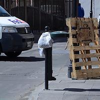 Toluca, México (Febrero 09, 2017).- Entre la Calle Nigromante, Melchor Ocampo y 21 de Marzo,  han desaparecido varios contenedores de basura y la gente deja colgadas sus bolsas en las bases, vecinos señalan que en las noches es cuando desaparecen. Agencia MVT / José Hernández