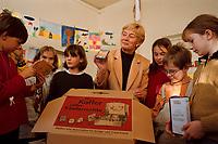 16 NOV 1999, BERLIN/GERMANY:<br /> Christine Bergmann, SPD, Bundesfamilienministerin, mit Schülern, während der Präsentation eines Koffers mit Informationsmaterial über Kinderrechte, anläßlich des 10. Jahrestages der UN-Kinderrechtskonventionen, Grundschule Berlin-Mitte, Ruppiner Str. 48/49<br /> Christine Bergmann, SPD, Fed. Minister for Family, Old People, Women and Youth, with pupils, during the visitation of a school, in cause of the 10th anniversary of the UN Childrens Rights Convention <br /> IMAGE: 19991116-02/01-23<br /> KEYWORDS: Kind, Child
