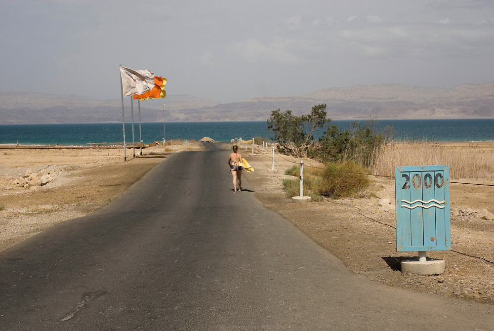 Le SPA d'Ein Gedi était encore au bord de la Mer Morte dans les années 80. Aujourd'hui, les clients profitent de la piscine ou sont emmenés en petit train jusqu'à la mer. Des douches d'eau douce sont installées en bord de mer pour pouvoir se rincer du sel de la mer ou après un bain de boue. La source de souffre attire des touristes du monde entier en quête de bien être et de soins naturels pour la peau. Israël, mai 2011