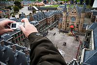 Nederland. Den Haag, 20 april  2006.<br /> Madurodam, toerist fotografeert het Binnenhof.<br /> Foto Martijn Beekman<br /> NIET VOOR TROUW, AD, TELEGRAAF, NRC EN HET PAROOL