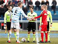FODBOLD: Anførerne Andreas Holm (FC Helsingør) og Lars Pleidrup (Nykøbing FC) hilser før kampen i NordicBet Ligaen mellem FC Helsingør og Nykøbing FC den 12. marts 2017 på Helsingør Stadion. Foto: Claus Birch