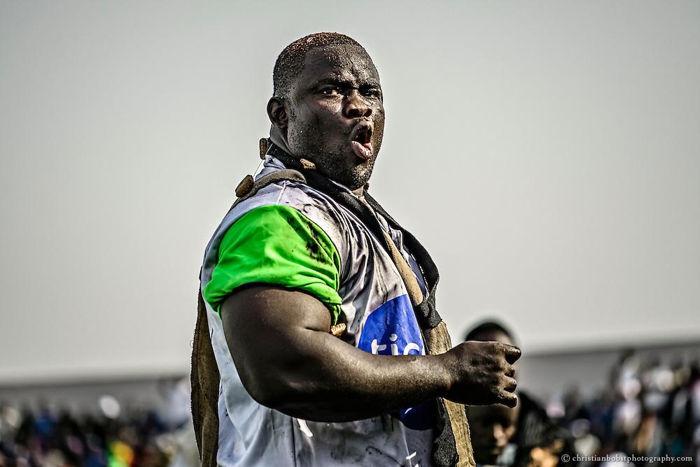 Emeu Sene blickt herausfordernd zu seinem Gegner Balla Gaye 2, gegen welchen er im Stadion Demba Diop einen grossen Showdown bestreiten wird.