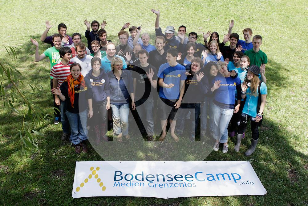 DEUTSCHLAND - MARKELFINGEN - Gruppenfoto der Workshopleitenden und des Teams vom internationalen BodenseeCamp - 24. Juli 2011 © Raphael Hünerfauth - http://huenerfauth.ch