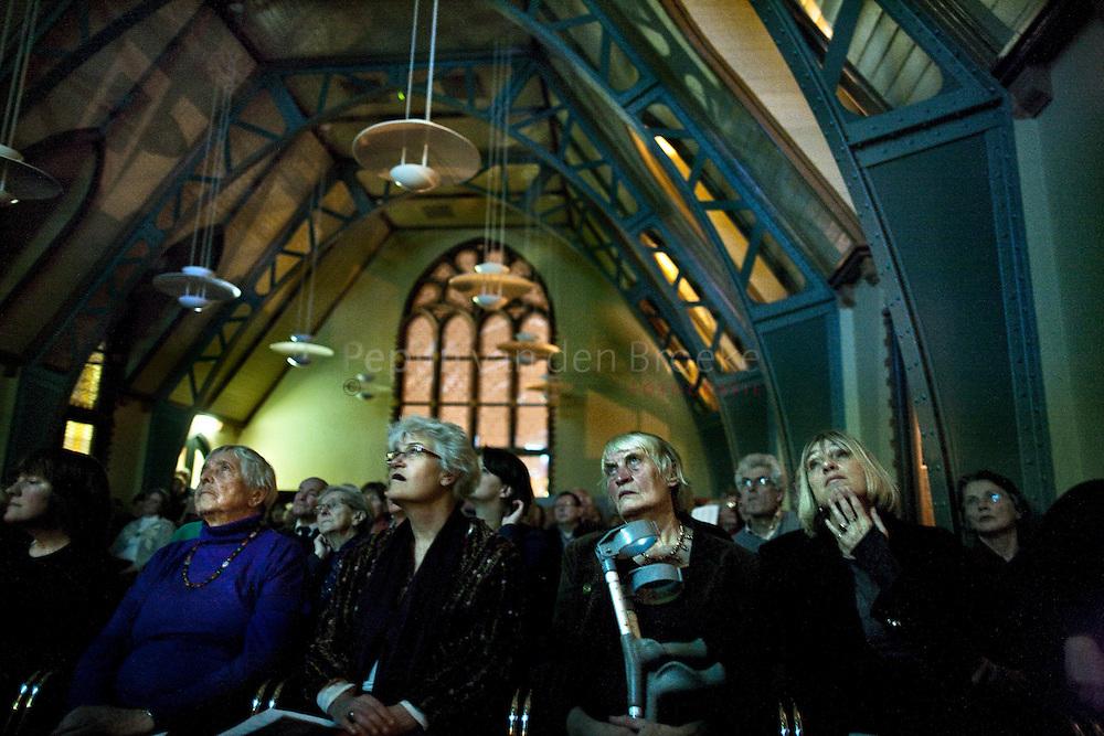 Groningen, <br /> Het Kasteel, 20110120. Manifestatie Schilderswijk. Buurtbewoners kijken naar presentatie over glas in lood van Gonny Fournier.  foto: Pepijn van den Broeke.