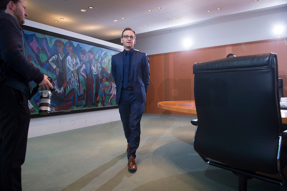 13 JAN 2016, BERLIN/GERMANY:<br /> Heiko Maas, SPD, Bundesjustizminister, auf dem Weg zu seinem Platz, vor Beginn einer Kabinettsitzung, Budneskanzleramt<br /> IMAGE: 20160113-01-002<br /> KEYWORDS: Kabinett, Sitzung
