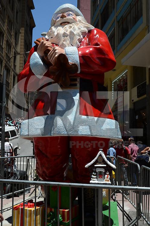 ATENCAO EDITOR: FOTO EMBARGADA PARA VEICULOS INTERNACIONAIS. SAO PAULO, SP, 06 DE NOVEMBRO DE 2012 -  Um Papai Noel gigante e visto na esquina das ruas 25 de marco e Ladeira Porto Geral, tradicional regiao de comercio popular na regiao central da capital, no inicio da tarde desta terca feira.  FOTO: ALEXANDRE MOREIRA - BRAZIL PHOTO PRESS