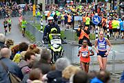 Nederland, Nijmegen, 15-11-2015De populaire Zevenheuvelenloop. Voorop de wedstrijdlopers, daarachter 35.000 recreatielopers. De tocht is 15 km. lang. De twee winnende vrouwen 200 meter voor de finish.FOTO: FLIP FRANSSEN/ HH