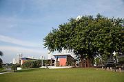 """El Centro de Visitantes, ubicado sobre la Vía Cincuentenario, alberga las oficinas y laboratorios especializados del Patronato Panamá Viejo así como un Museo de Sitio, cuya exhibición """" De La Aldea a la Urbe"""" articula una narrativa sobre la prolongada ocupación humana en el sitio de Panamá Viejo, ofreciendo una visión general de las transformaciones económicas, sociales y culturales que allí se han producido en diferentes momentos históricos y explica los efectos que estas han tenido en la organización del espacio y en su función social. ©Victoria Murillo/Istmophoto.com"""