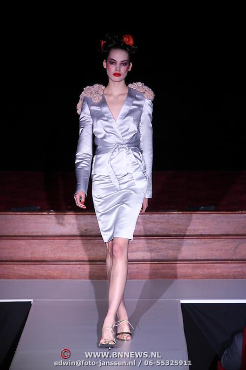 NLD/Amsterdam/20080407 - Modeshow Percy Irausquin 2008, mannequin op de catwalk