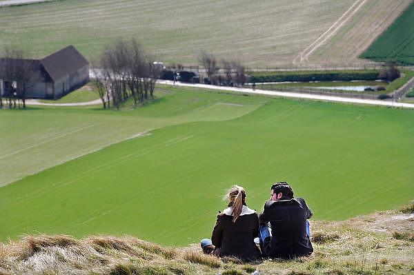 Frankrijk, Callais, 9-4-2006Een jong stel zit op de krijtrotsen en hebben uitzicht op het boerenland onder ze.Foto: Flip Franssen/Hollandse Hoogte