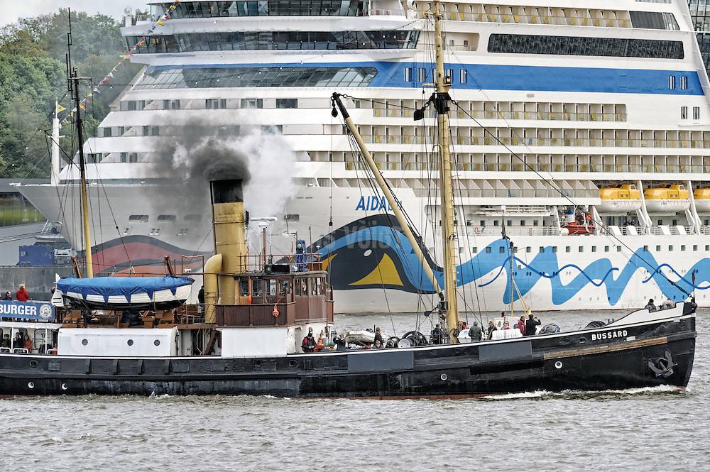 """Das Dampfschiff """"Bussard"""" fährt am Hafengeburtstag Hamburg auf der Elbe an der am Anleger Altona liegenden """"Aida blu"""" vorbei."""