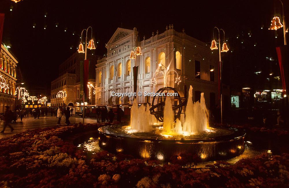 Praca do senado (senate square) and casa de misericordia;  at night. Macau. this place (Portuguese colonial style) is the center of the city  ///  Praca do senado; place du senat la nuit, cette place de style colonial portugais est le centre de la ville, Macao /// R211/22    L1631  /  R00211  /  P0006595