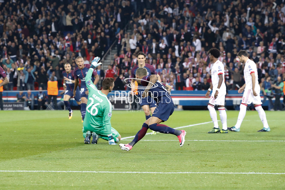 DANIEL ALVES DA SILVA (PSG) scored the first goal against Sven Ulreich (FC Bayern Munchen - FC Bayern de Munich), Kylian Mbappe (PSG), Edinson Roberto Paulo Cavani Gomez (psg) (El Matador) (El Botija) (Florestan), Layvin Kurzawa (psg) during the UEFA Champions League, Group B football match between Paris Saint-Germain and Bayern Munich on September 27, 2017 at Parc des Princes stadium in Paris, France - Photo Stephane Allaman / ProSportsImages / DPPI