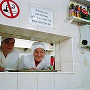 Cuisinières dans un café à la gare routière de Baltz - Moldavie 2009