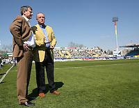 Jena , 080407 , Saison 2006/2007 ; Fussball 2.Bundesliga Greuther Fuerth - FC Carl Zeiss Jena  Praesident Rainer ZIPFEL und der sportliche Leiter Lutz LINDEMANN (beide Jena) unterhalten sich