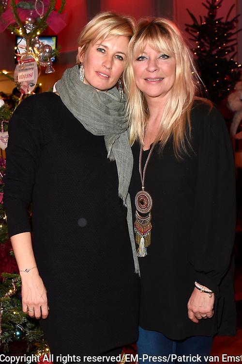 Sky Radio's jaarlijkse goede doelen-event Christmas Tree For Charity in Studio 22, Hilversum.<br /> <br /> Op de foto:  Anouk Smulders &amp; Manu&euml;la Kemp (Ruby and Rose)