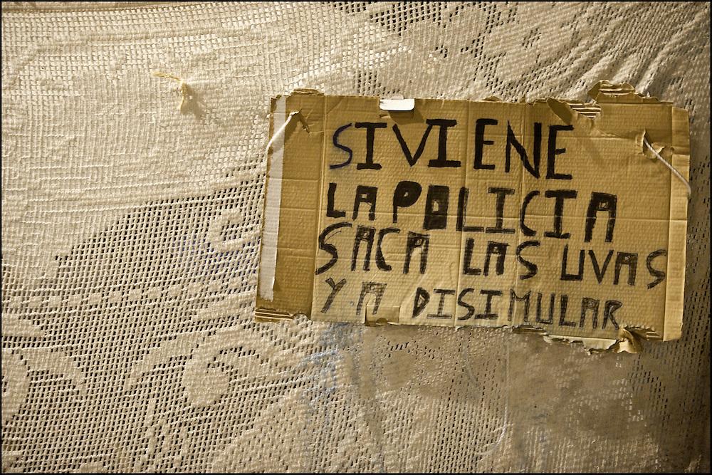 """Une affiche sur la camp place de la Puerta del Sol. // Le mouvement spontane du """"15 M"""" (15 mai) compose de citoyens espagnols campe depuis 2 semaines sur la place Puerta Del Sol avec pour revendication la construction d'une democratie nouvelle. Organise en commission les citoyens prennent la parole lors d'assemblee ouverte a tous - Place Puerta Del Sol à Madrid le Juin 2011. ©Benjamin Girette/IP3Press"""