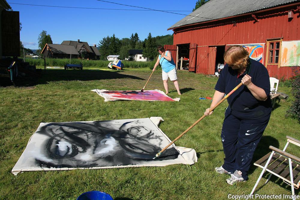 Workshop i Big painting på Haverneset i Selbu. Annhild Gustavsen (foran) og Idun Slevikmoen. Foto: Bente Haarstad