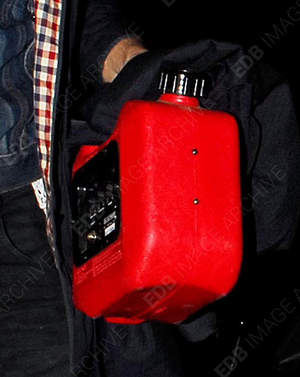 15.JANUARY.2007. LONDON<br /> <br /> PETE DOHERTY ARRIVING AT KATE MOSS&rsquo;S HOUSE AT 2.30AM AFTER PERFORMING AT HIS GIG IN ARCHWAY.  PETE HAS NO SOCKS ON AND IS CARRYING AROUND A PETROL CAN AMPLIFIER.<br /> <br /> BYLINE: EDBIMAGEARCHIVE.CO.UK<br /> <br /> *THIS IMAGE IS STRICTLY FOR UK NEWSPAPERS AND MAGAZINES ONLY*<br /> *FOR WORLD WIDE SALES AND WEB USE PLEASE CONTACT EDBIMAGEARCHIVE - 0208 954 5968*
