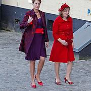 BEL/Brussel/20101120 - Huwelijk prinses Annemarie de Bourbon de Parme-Gualtherie van Weezel en bruidegom Carlos de Borbon de Parme, zwangere prinses Margarita als bruidsmeisje is haar oorble kwijt en zoekt hem tussen de keien