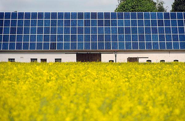 Nederland, Groesbeek, 29-5-2010Zonnepanelen op het dak van een boerderij die juist over de grens staat in Wyler, Duitsland.Foto: Flip Franssen/Hollandse Hoogte