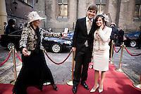 Nederland. Den Haag, 18 september 2007.<br /> Prinsjesdag. Minister Eurlings bij aankomst op het Binnenhof, poseren met vriendin voor de fotografen. Een voorlichster van het ministerie van algemene zaken leidt een en ander in goede banen.<br /> Foto Martijn Beekman <br /> NIET VOOR TROUW, AD, TELEGRAAF, NRC EN HET PAROOL