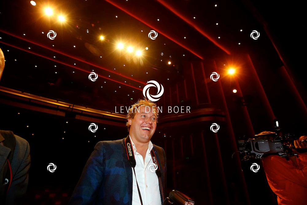 AMSTERDAM - In het DeLaMar Theater is de premiere van een Nederlands toneelstuk 'Een Ideale Vrouw' een komedie over liefde. Met op de foto fotograaf Dennis van Tellingen. FOTO LEVIN DEN BOER - PERSFOTO.NU